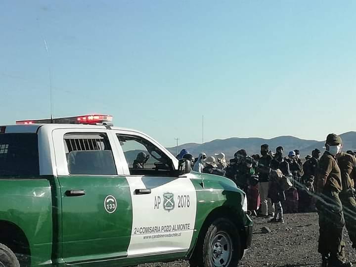 Bolivianos que iniciaron caminata rumbo a Bolivia fueron interceptados por carabineros