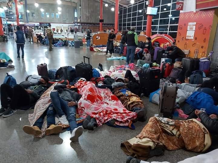 Otro grupo de bolivianos se encuentran varados en la terminal de Antofagasta intentando volver al pais