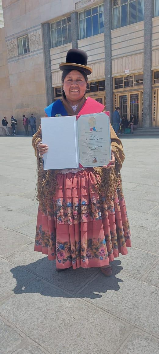 La dirigente de las Bartolina Sisa Felipa Huanca recibió su título de licenciada en sociología de la UMSA anuncia que trabajará para el pueblo