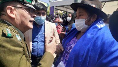Photo of La Policía se reconcilia con las mujeres de pollera después del golpe las Bartolinas pudieron ingresar a la plaza Murillo