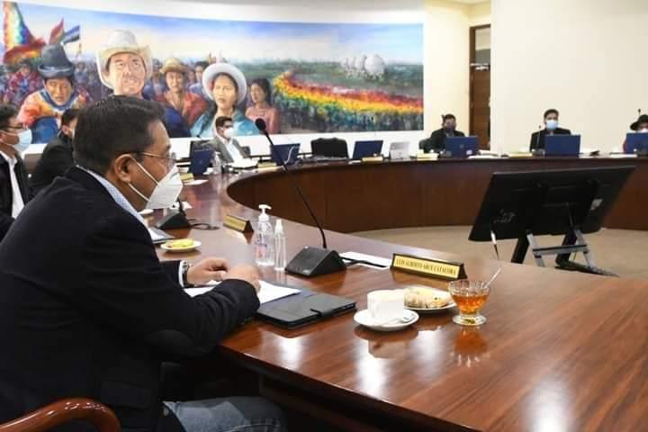 Presidente Arce Catacora revalorizando la medicina Tradicional consume mates  de jengibre y toronjil