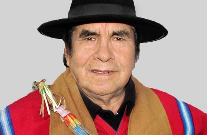 Photo of CONFIRMADO Falleció el líder histórico aymara Felipe Quispe. Hoy a las cuatro de la tarde, hora boliviana, el histórico líder aymara y candidato a la gobernación por el departamento de La Paz, Felipe Quispe, habría fallecido por causa del Covid-19. El Mallku, como también era conocido Quispe, dirigió las movilizaciones campesinas que derrocaron al gobierno de Sanchez de Lozada. Fue líder histórico indianista, miembro del MITKA(Movimiento Indio Tupak Katari) y de EGTK(Ejército guerrillero Tupak katari).Su liderazgo reemergió durante el mes de septiembre del año pasado cuando las provincias paceñas paralizaron exigiendo la renuncia del gobierno de Añez. Quispe fue también líder histórico de la Confederación Sindical Única de Trabajadores Campesinos de Bolivia (CSUTCB). Historiador, político y escritor prolífico, dedicó su vida al trabajo agrario, la política y la escritura.