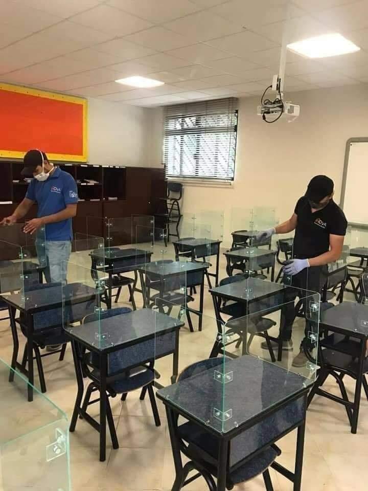 En el trópico de Cochabamba condicionan las aulas de unidades educativas para garantizar clases presenciales se colocan protectores en los pupitres