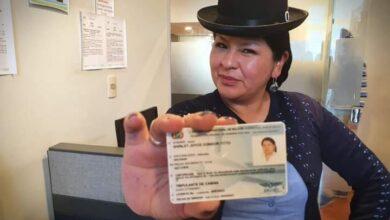 Photo of Presidente Luis Arce Catacora felicita a la Primera mujer de pollera que obtiene su licencia como tripulante de avión