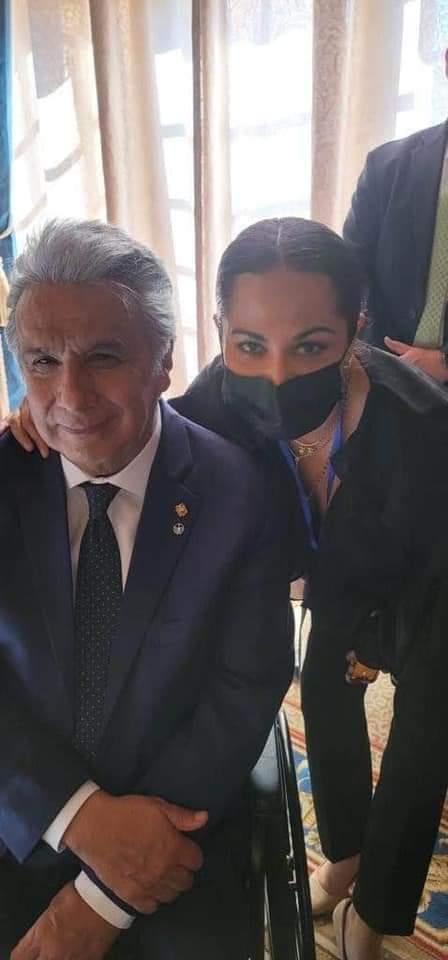 Ex Viceministra de Comunicación Roxana Lizarraga aparece en fotos con Lenin Moreno con quien coordinó entrega de gases lacrimógenos