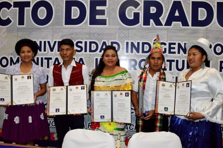 """Entregan diplomas a nuevos profesionales de la Universidad Indígena """" Casimiro Huanca""""."""